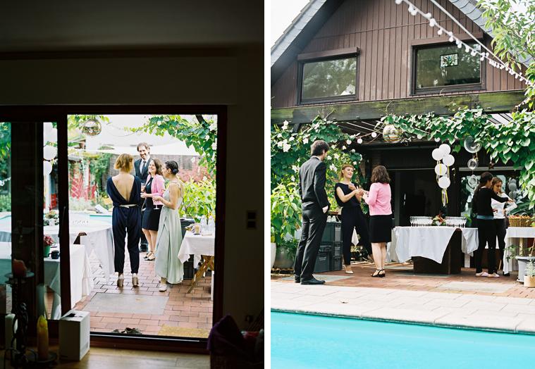 Hochzeitsgäste am Swimming-Pool