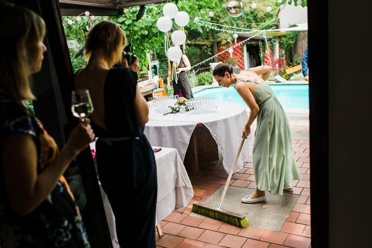 Hochzeitsvorbereitungen fegen der Terrasse