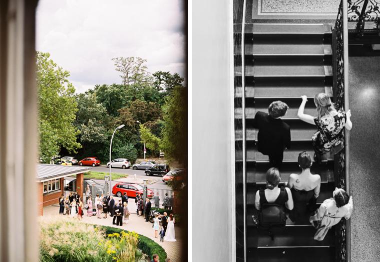 Hochzeitsgäste stehen im Hof des Standesamtes Neukölln
