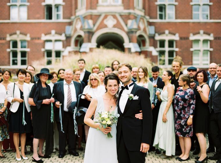 Gruppenfoto mit Hochzeitspaar im Vordergrund
