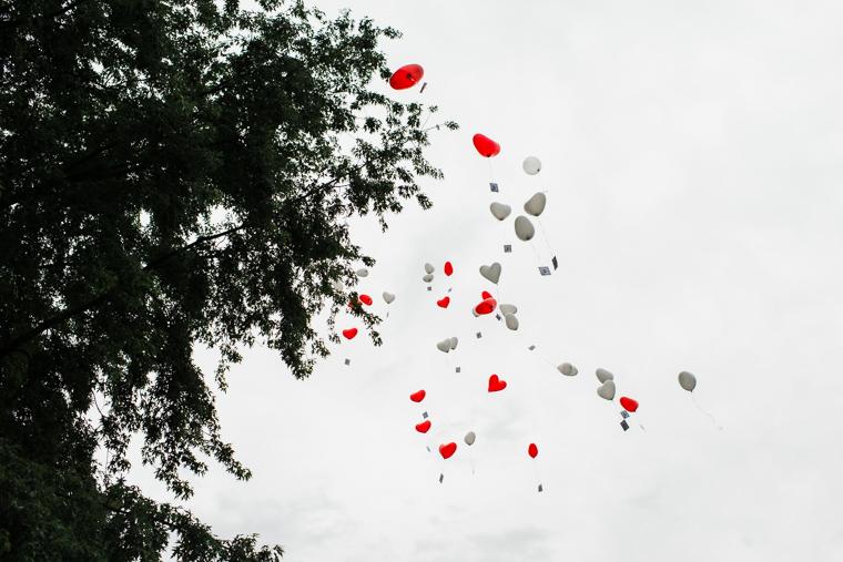 Hochzeitsgäste lassen Ballons steigen
