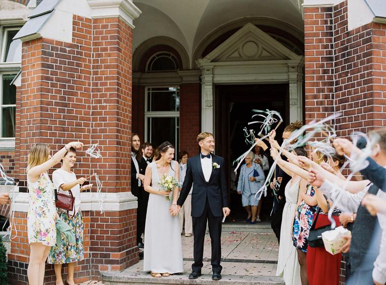 Hochzeitspaar kommt aus Standesamt