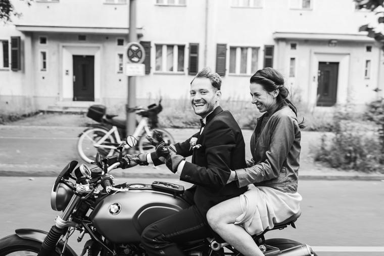 Wilde Motorradfahrt von Hochzeitspaar