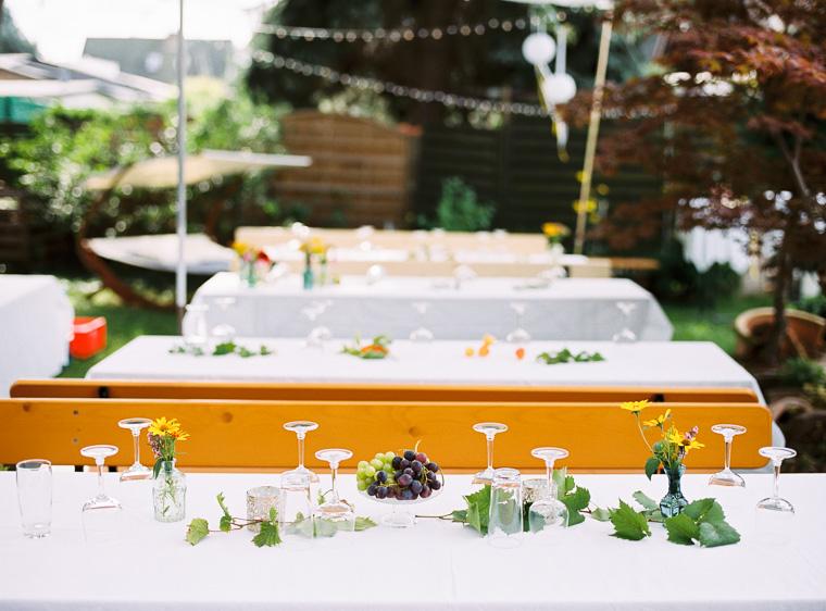 Edel gedeckte Tische im Garten mit Weintrauben