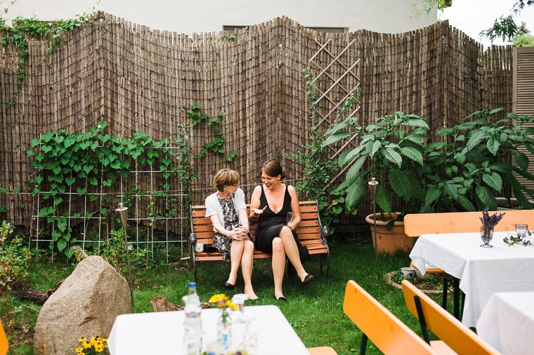Hochzeitsgäste sitzen im Garten