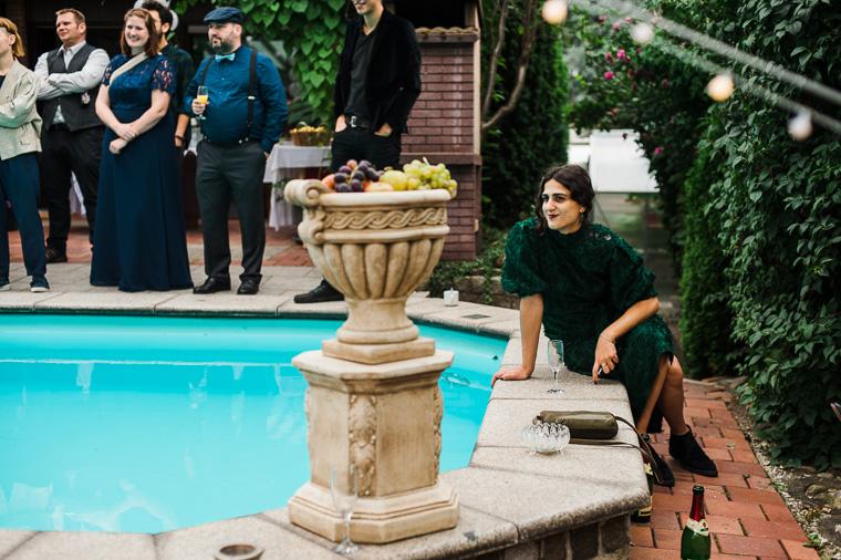 Hochzeitsgast sitzt am Pool