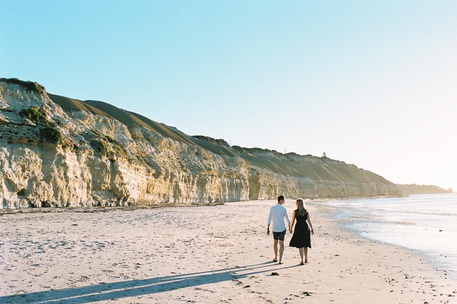 Liebespaar spaziert am Strand