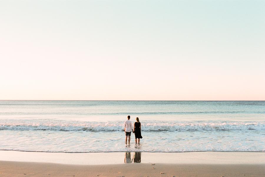 Verlobtes Paar steht im Wasser