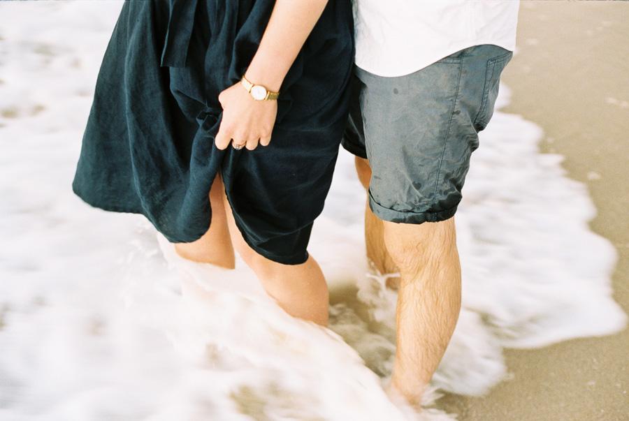 Von Wellen umspülte Beine