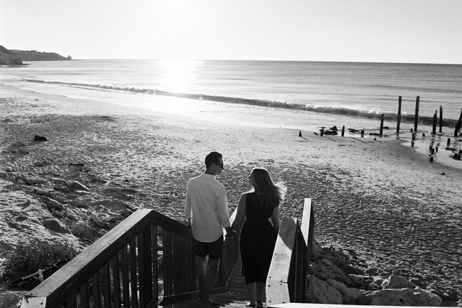 Paar auf Treppe am Strand
