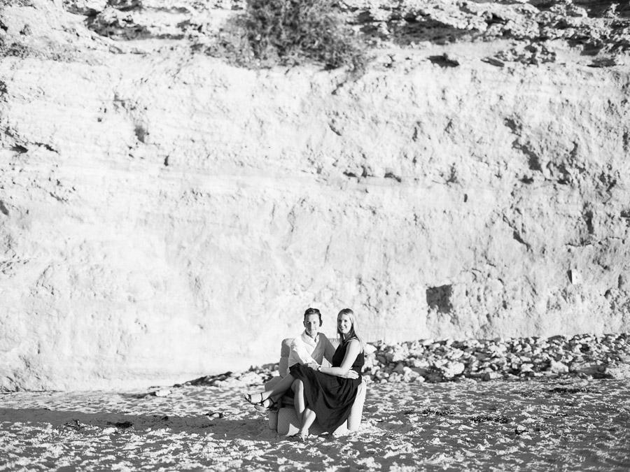 Schwarz Weiß Foto sitzendes Paar