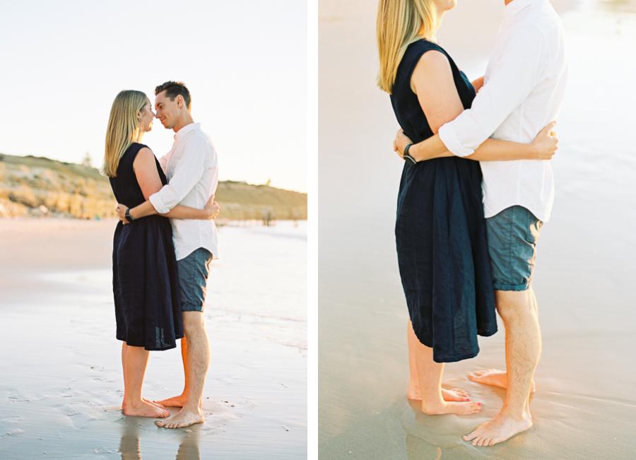 Paar umarmt sich am Strand