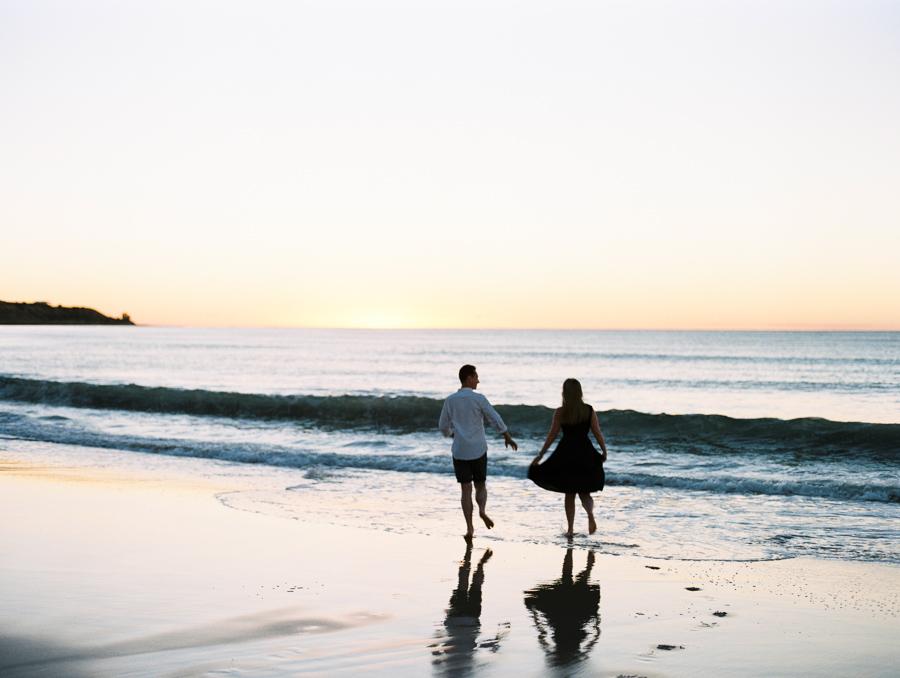Paar läuft über den Strand
