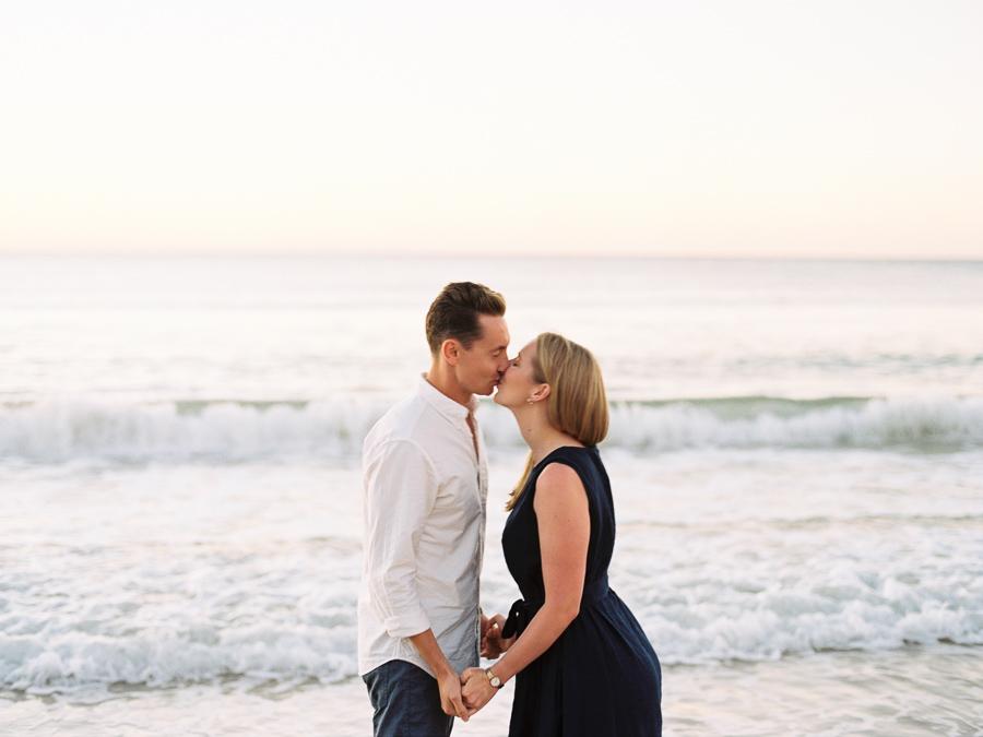 Paar küsst sich vor Sonnenuntergang