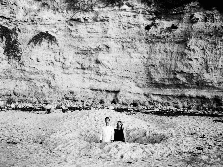 Paar steht in Loch am Strand