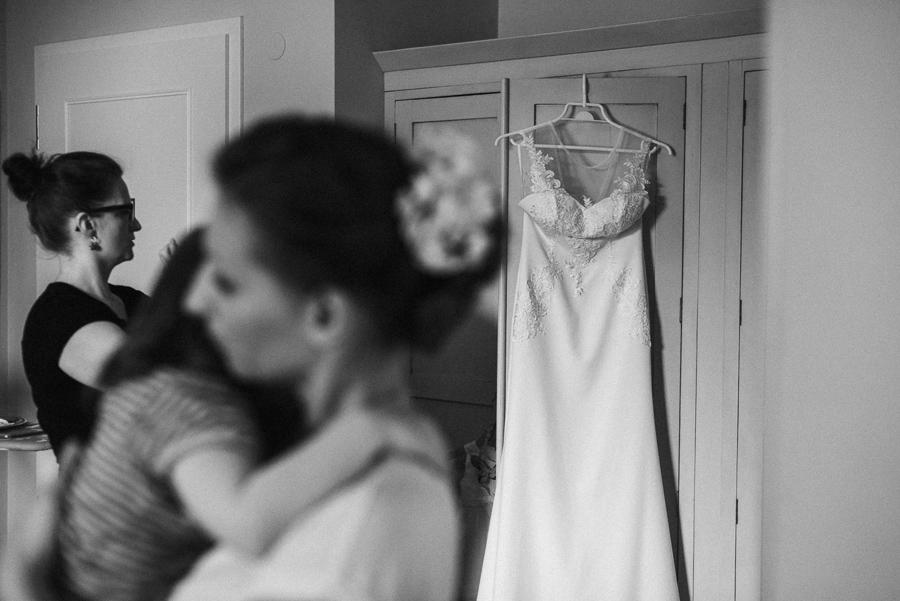 Hochzeitskleid hängt im Zimmer