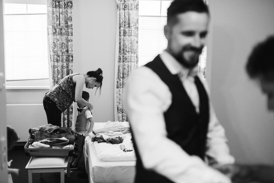 Kinder werden angekleidet am Hochzeitsmorgen