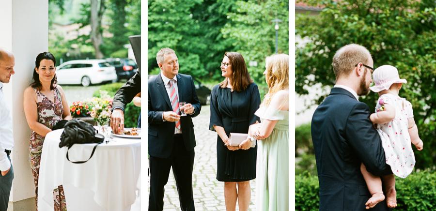 Hochzeitsgäste bei Ankunft