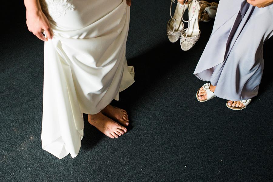 Braut zieht Schuhe an