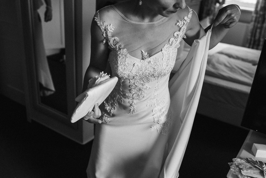 Brautkleid und Handtasche