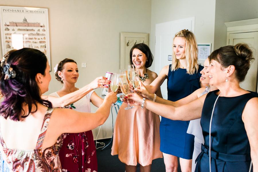 Braut und beste Freundinnen stossen an