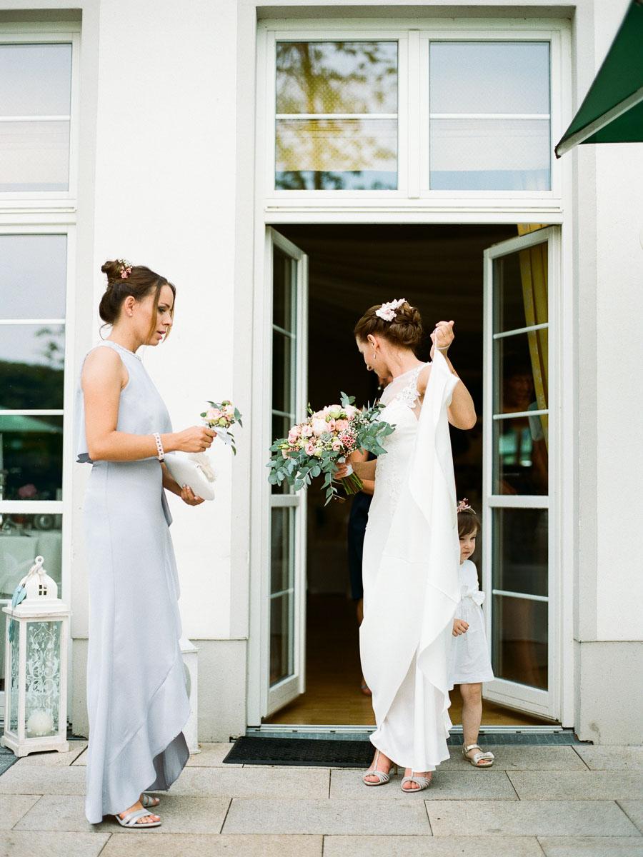 Braut geht zur Trauung