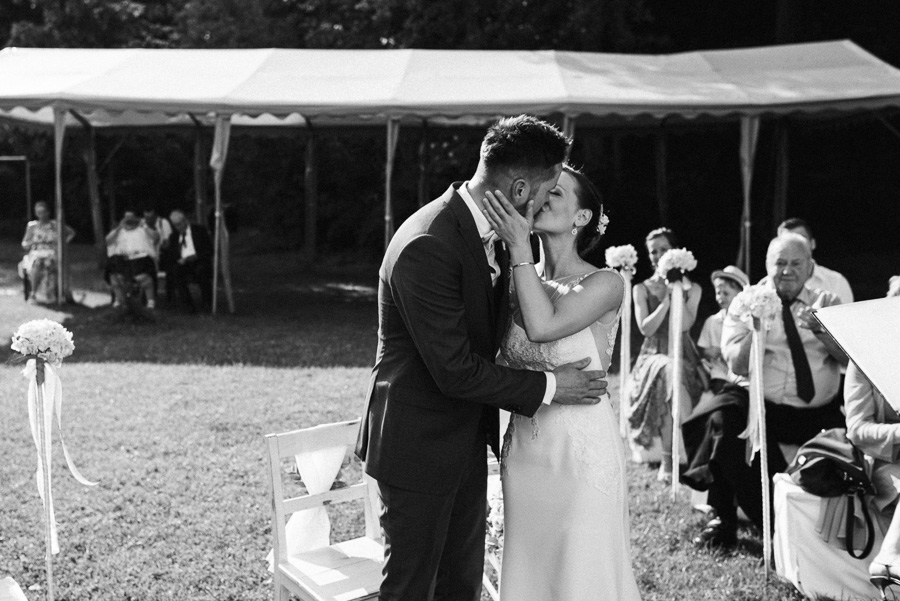 Ehepaar küsst sich