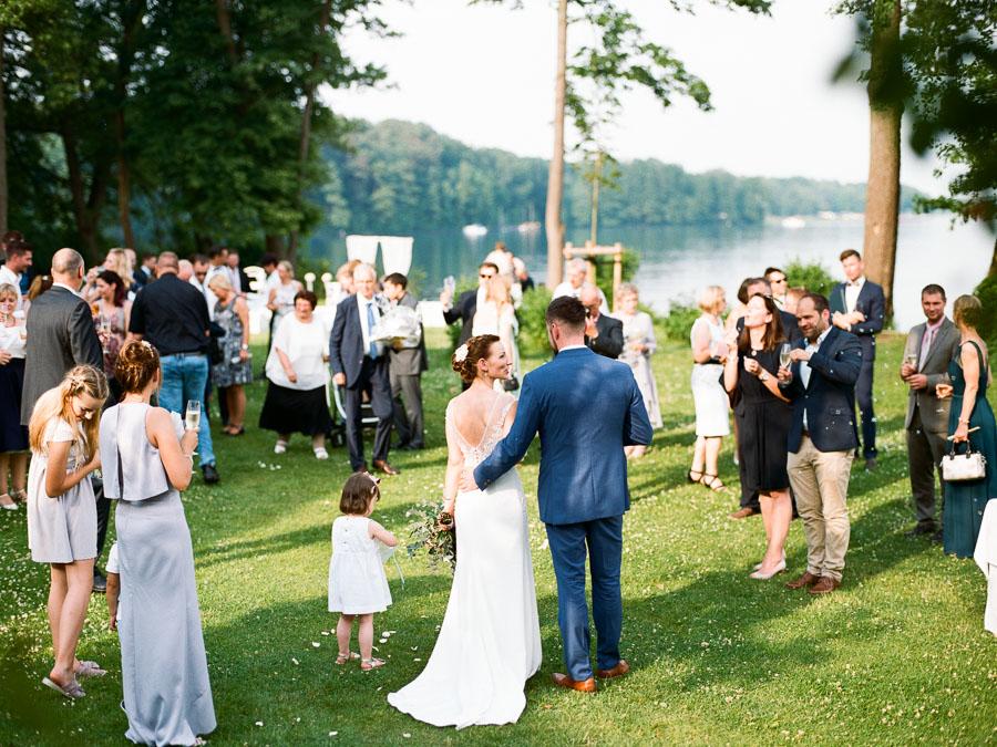 Gratulation und Sekttrinken am Hochzeitstag