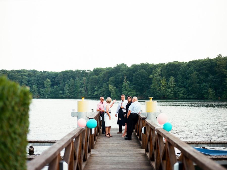 Hochzeitsgäste auf Steg am Werbellinsee