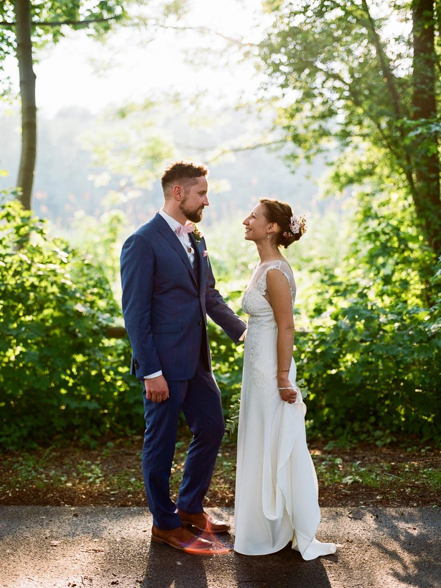 Braut und Bräutigam stehen im Gegenlicht