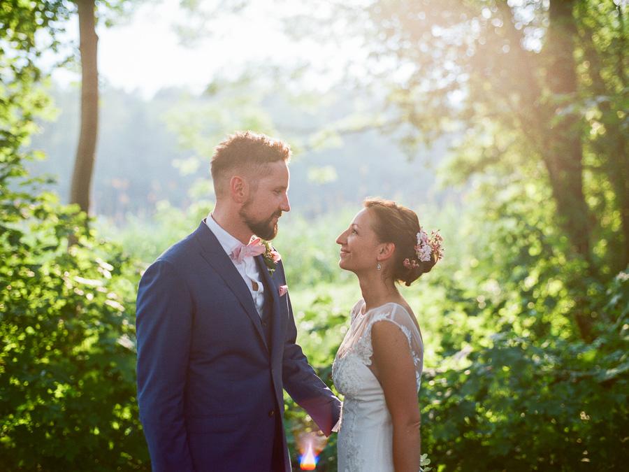 Frisch verheiratetes Paar schaut sich an