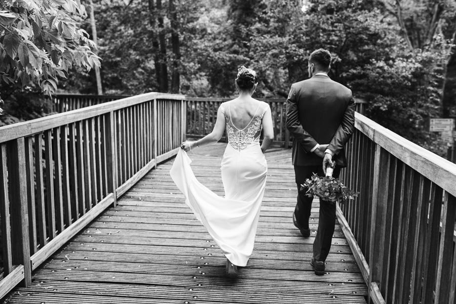 Brautpaar geht über Brücke