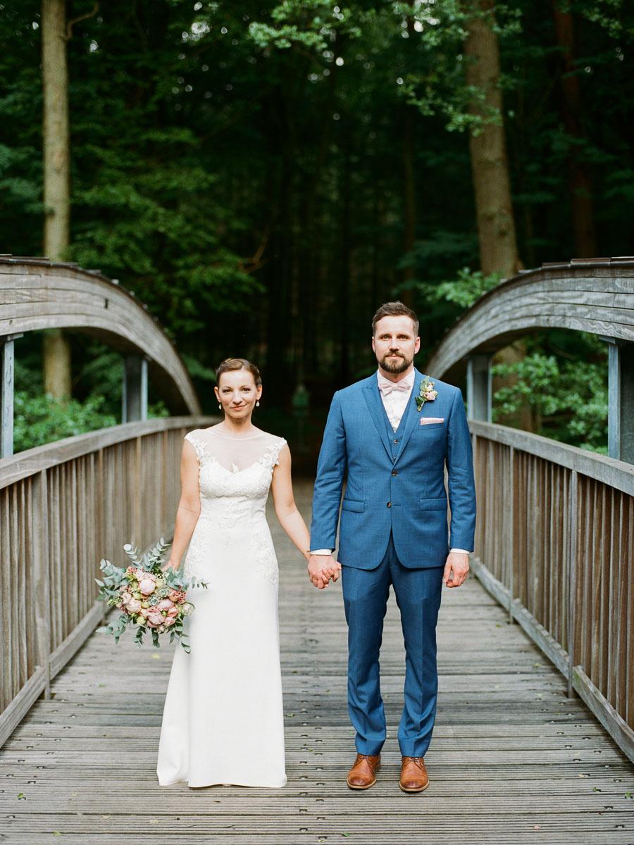 Braut und Bräutigam schauen in die Kamera