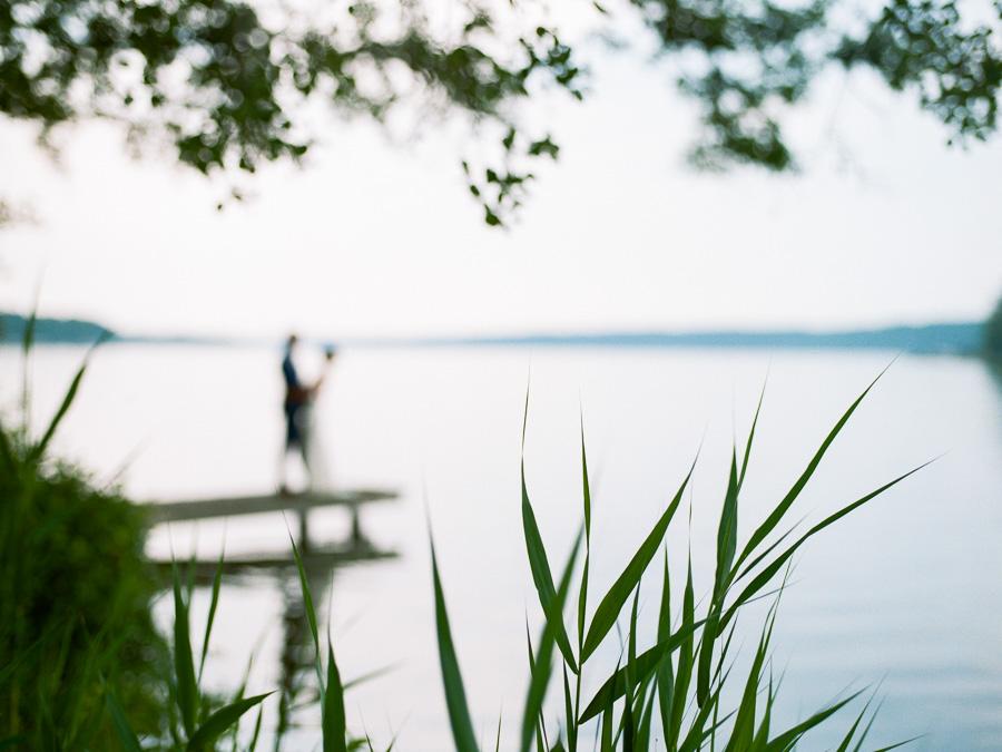 Brautpaar verschwommen im Hintergrund