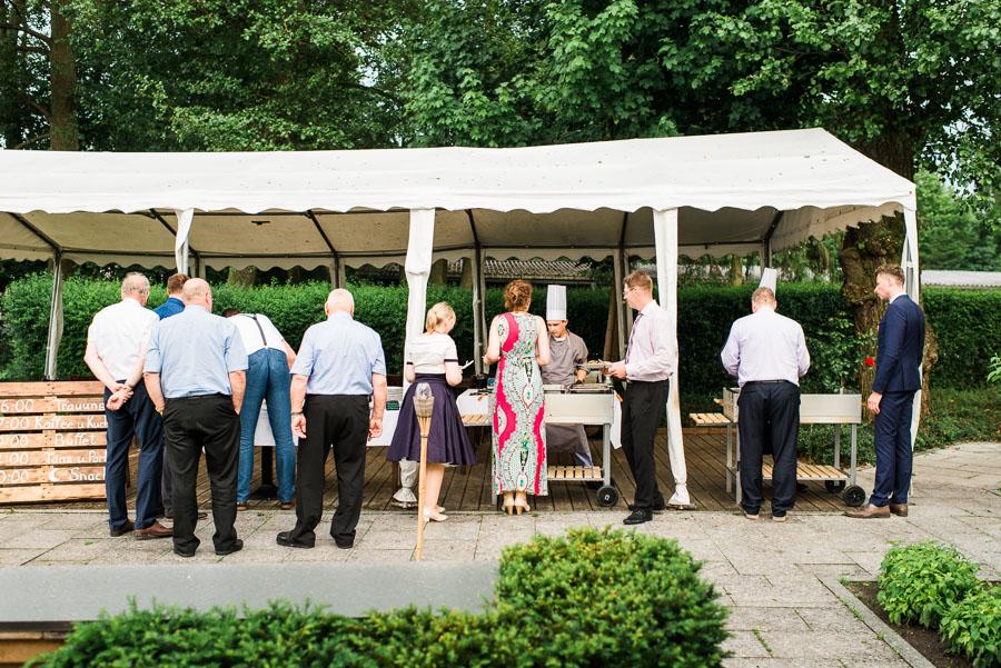 Hochzeitsgäste am Grillbuffet