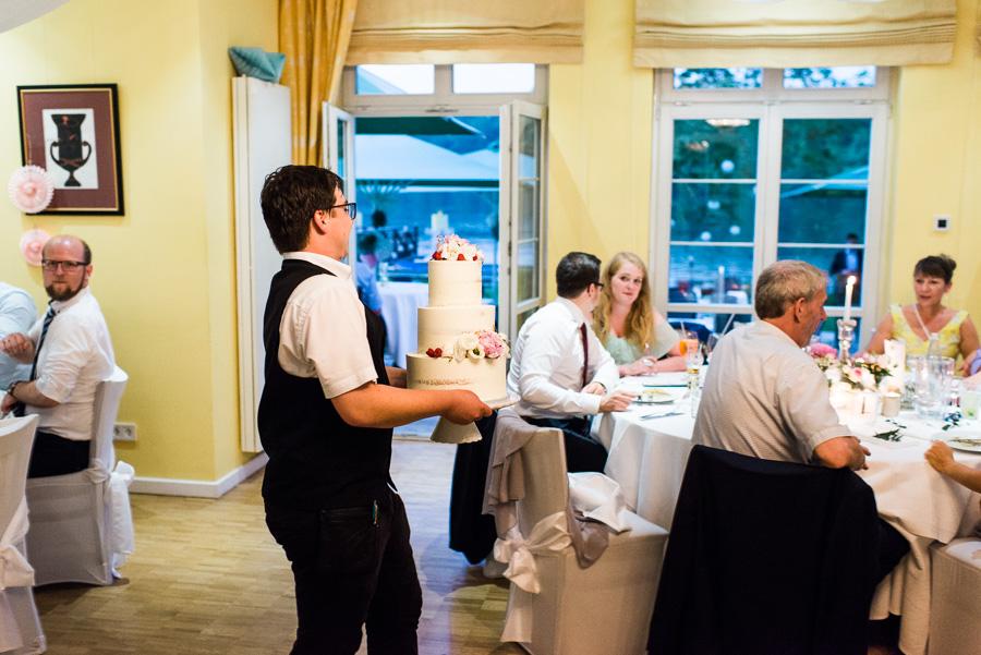 Kellner bringt Hochzeitstorte