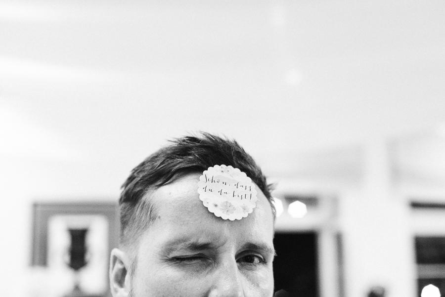 Bräutigam hat Sticker auf der Stirn