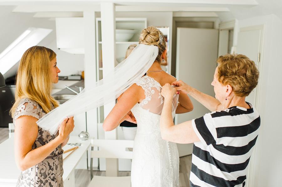 Braut mit Mutter und Freundinnen bei Vorbereitungen