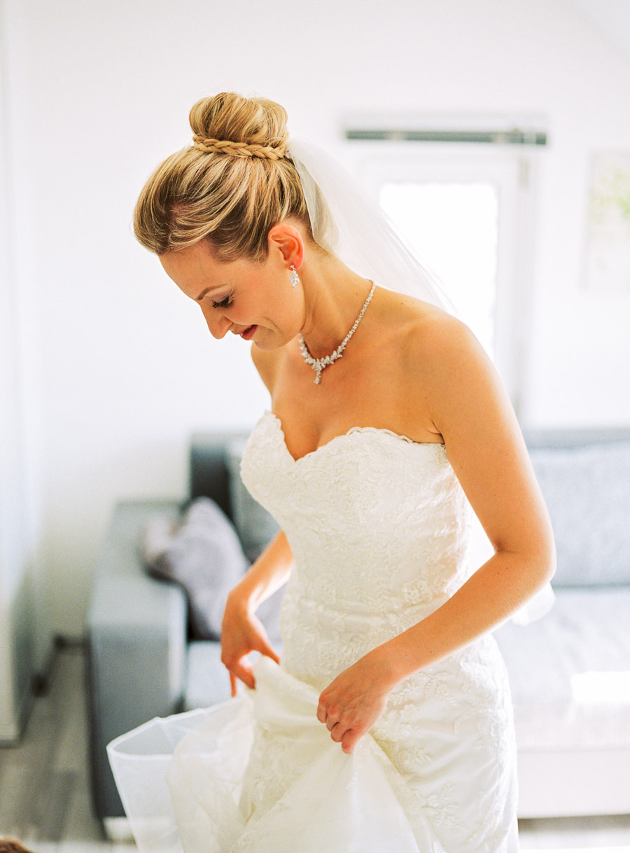 Braut zieht Kleid an