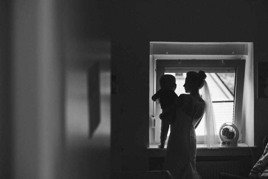 Silhouette von Braut und ihrem Sohn