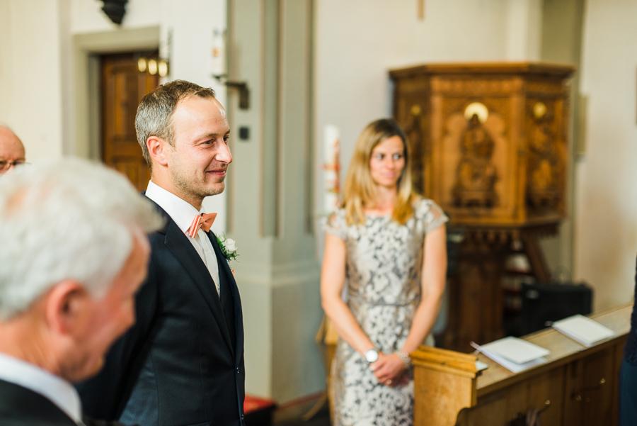 Bräutigam steht wartend in der Kirche