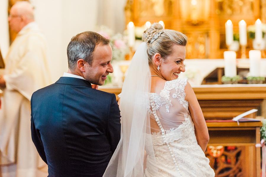 Lachendes Brautpaar in Kirche am Kohlsberg in Solingen
