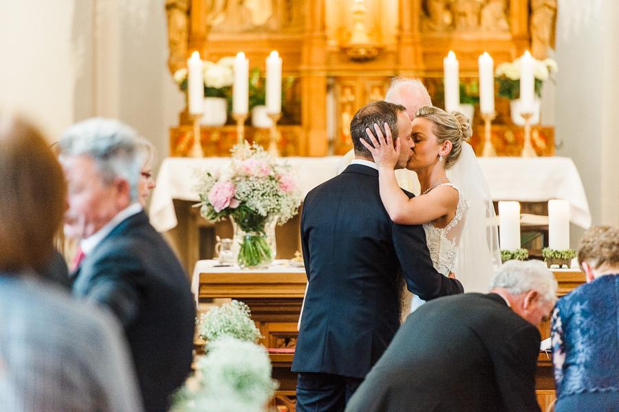 Kuss während der Trauung