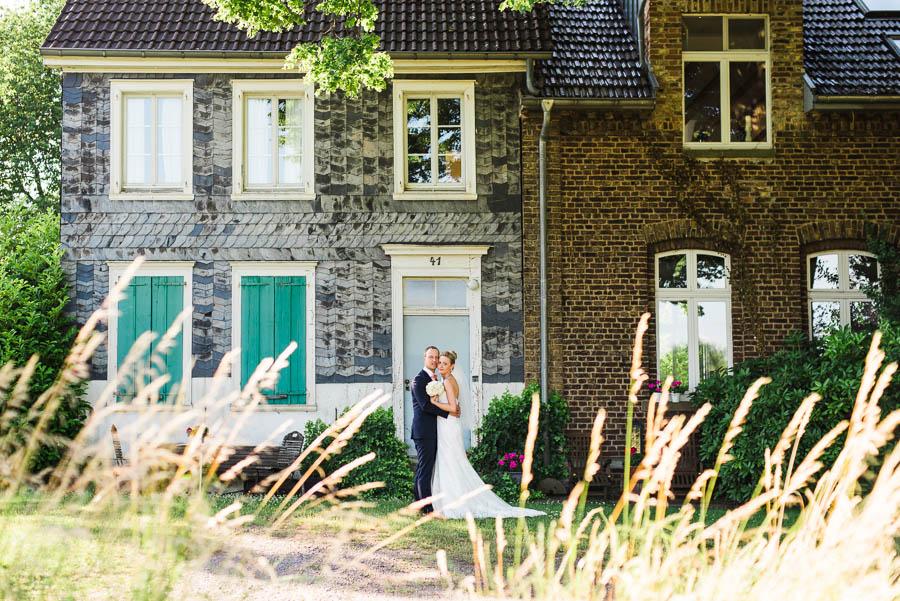 Hochzeitsfoto vor Fachwerkhaus in Solingen
