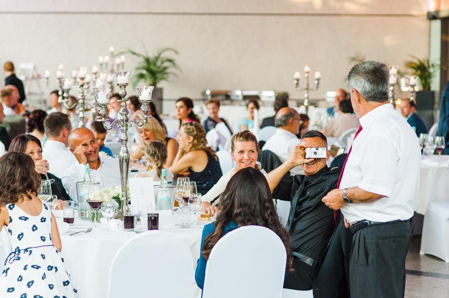 Hochzeitsgäste machen Fotos mit Einwegkameras