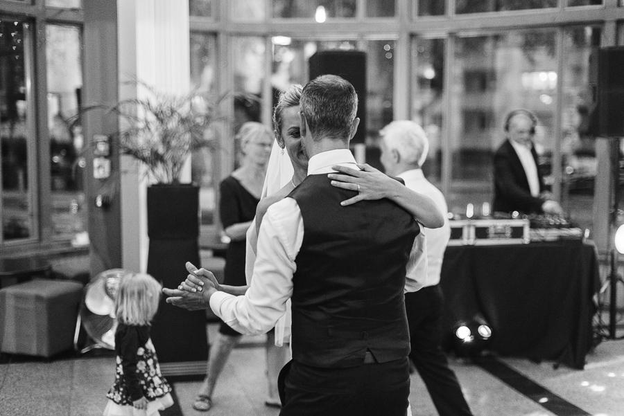 Schwarz-weiß Foto vom Hochzeitstanz