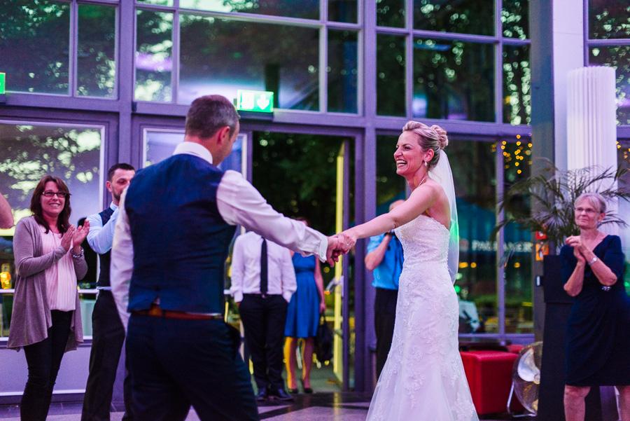 Lachende Braut beim First Dance