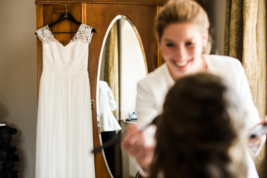 Brautkleid im Hintergrund bei Vorbereitungen