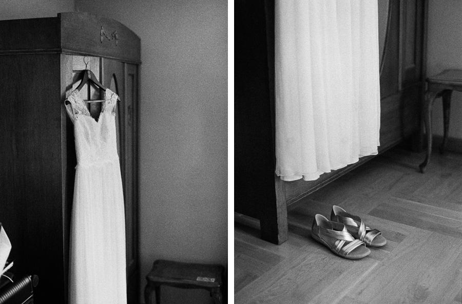 Schwarzweißfoto von Brautkleid und Schuhen