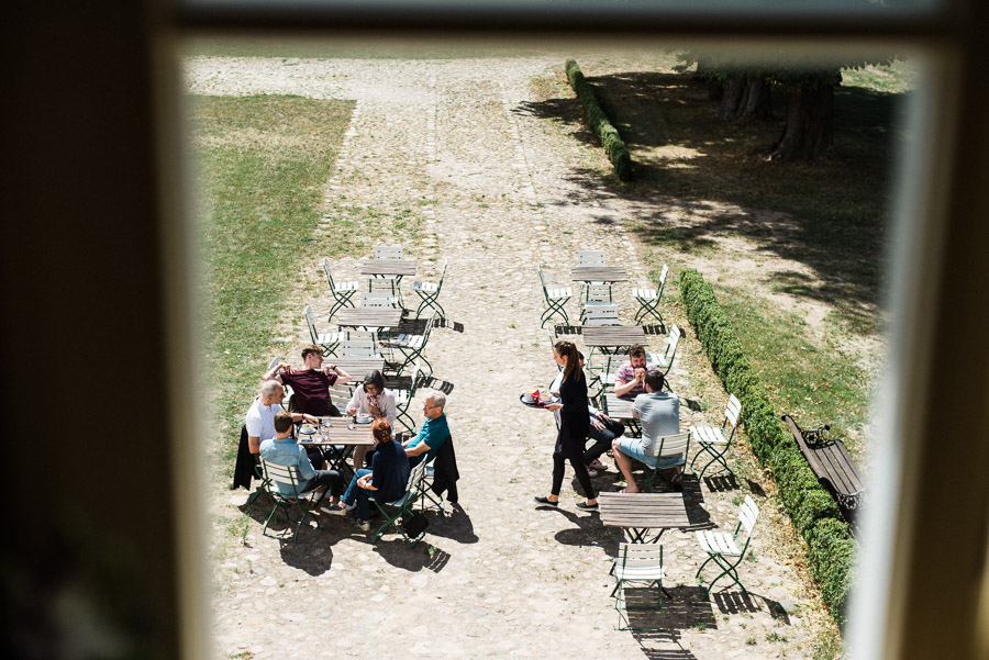 Hochzeitsgäste sitzen morgens draußen